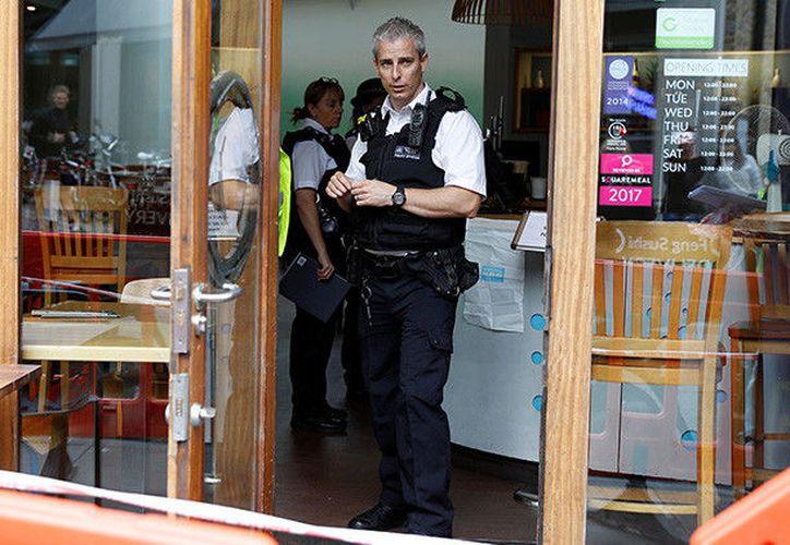 """Tres personas resultaron heridas luego de recibir un sobre con una """"sustancia química"""" no identificada en Londres. (RT)"""