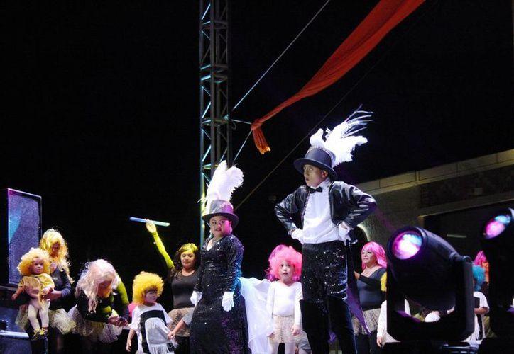 Cinco mil personas asistieron al inicio del carnaval de Playa del Carmen. (Octavio Martínez/SIPSE)