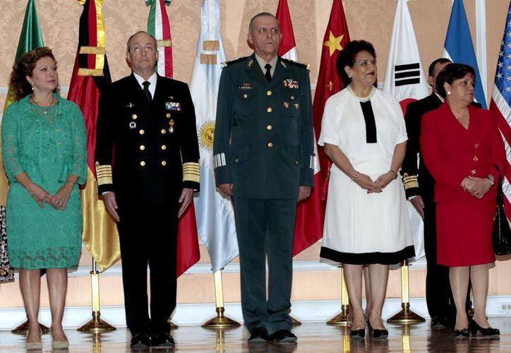 Los titulares de la Secretaría de Marina y Defensa Nacional  recibieron una Medalla de Reconocimiento por la Asociación de Agregados Militares de México. (Notimex)