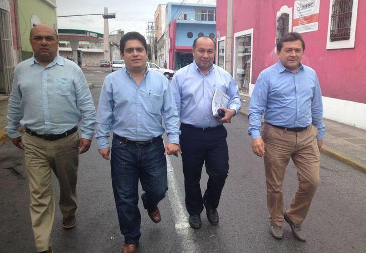 Imagen de los candidatos Fernando Rojas Zavala, Luis Canto García, Henry Cetina Camara y Felipe Duarte Ramirez camino a la conferencia de prensa.(Tomado del Facebook de Henry Cetina Cámara)