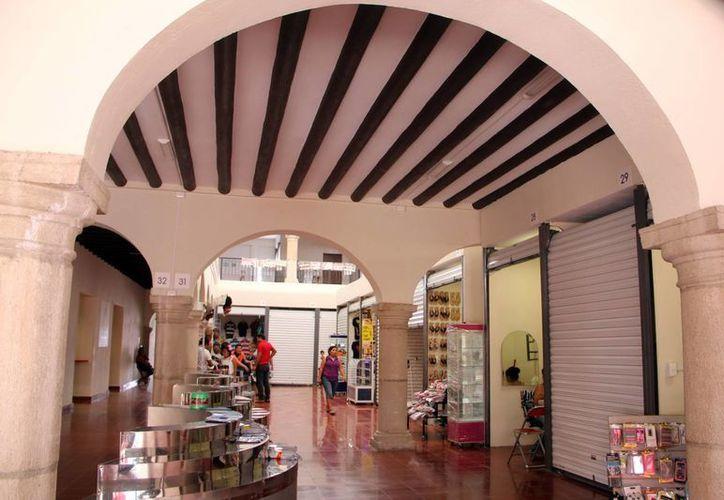 Los vendedores empiezan a instalarse en su nuevo centro de trabajo. (José Acosta/SIPSE)