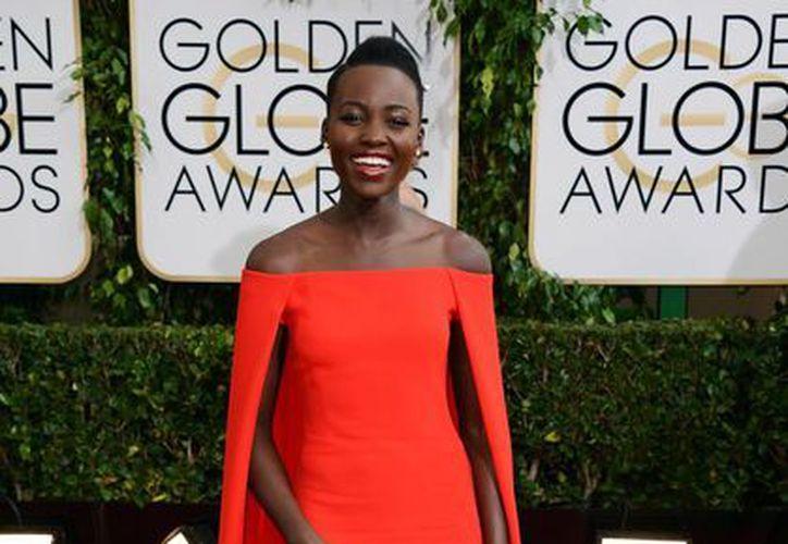 Lupita Nyong'o atrajo las miradas del mundo desde su presentación con el vestido rojo de Ralph Lauren en los Golden Globes. (Agencias)