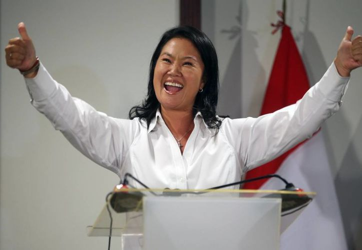 La candidata presidencial peruana Keiko Fujimori habla con la prensa este domingo tras conocerse que aventaja las preferencias en los votos. (EFE)