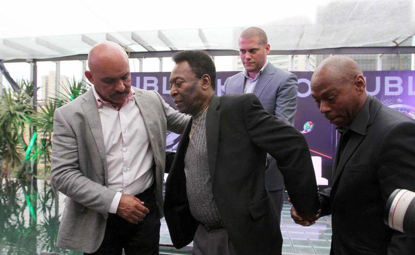 Pelé (c) lleva varios días hospitalizado, a consecuencia de una operación para extraerle cálculos renales. (Foto de archivo de Notimex)