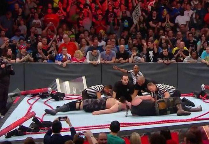 Se trata de la tercera ocasión que se rompe un ring de WWE. (Foto: Internet)