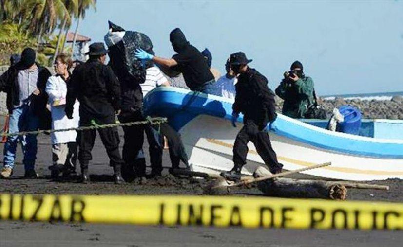 En El Salvador, a 90 millas náuticas de la costa, fueron capturados tres colombianos y nueve guatemaltecos que viajaban en cuatro lanchas con motores fuera de borda, informó la Policía Nacional Civil. (Foto: elsalvador.com)