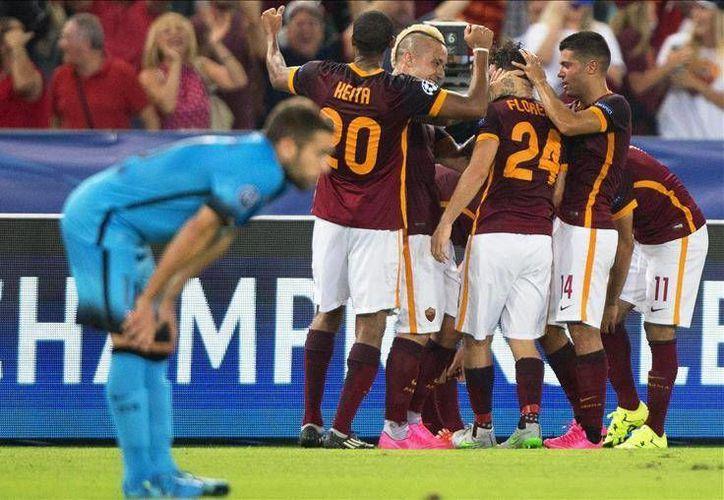 Los jugadores del Roma festejan a Florenzi, quien con un tiro desde poco más de media cancha marcó un golazo para poner los cartones definitivos (1-1) contra el Barcelona. (EFE)