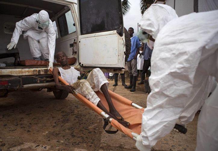 Un individuo que se cree tiene ébola es cargado en una ambulancia en Kenema, Sierra Leone, el 24 de septiembre del 2014. (Foto de archivo de AP).