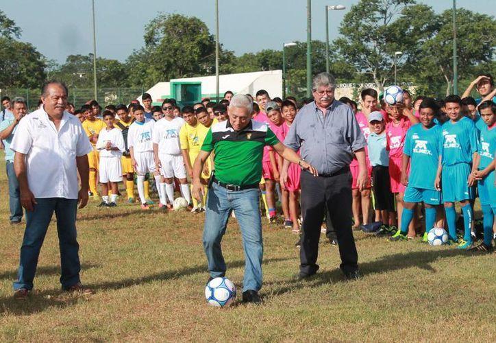 Juan Sosa Puerto, director del Instituto del Deporte de Yucatán fue el encargado de inaugurar el certamen y dar la patada inicial. (Milenio Novedades)
