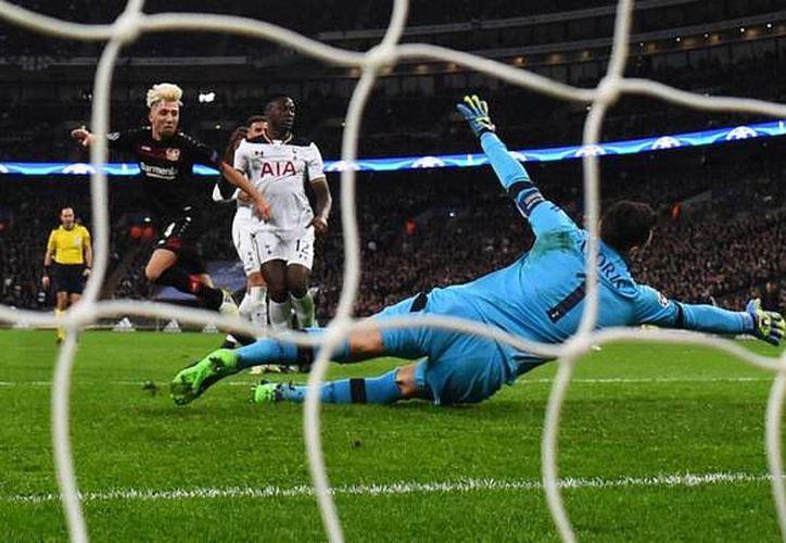 El Bayer Leverkusen mantiene sus aspiraciones de seguir compitiendo en la Champions League tras derrotar 1-0 a los Spurs del Tottenham en el estadio de Wembley. (marca.com)
