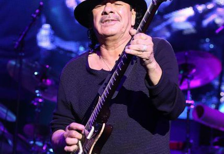 Carlos Santana en foto del 13 de octubre del año en curso durante un concierto benéfico en Baltimore. (Foto: AP)