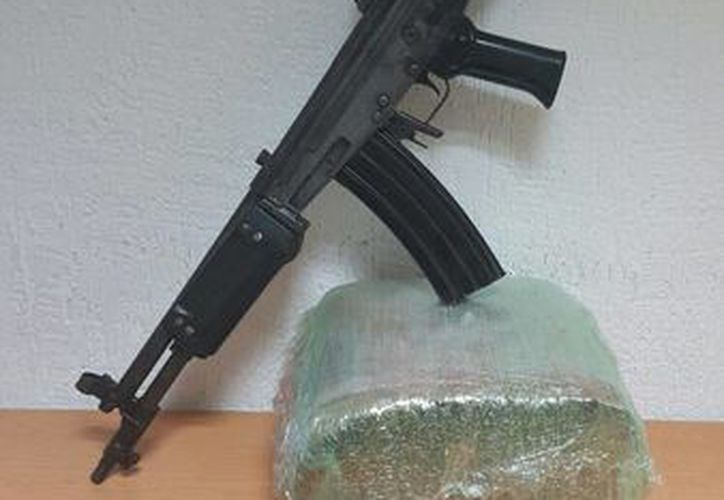 Al detenido se le decomisaron casi 5 kilos de marihuana y dos armas de fuego, en Cancún. (Redacción/SIPSE)