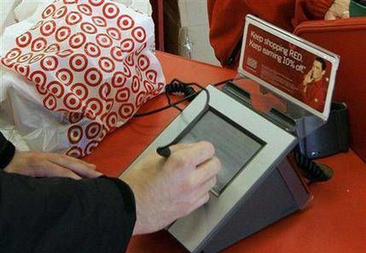 Imagen de archivo que muestra a un cliente firmando su recibo de tarjeta de crédito en una tienda Target en Tallahassee, Florida. (Agencias)