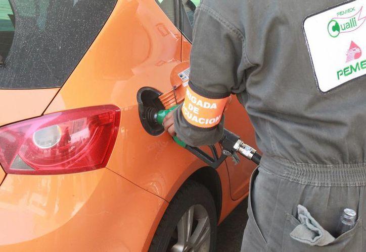 Señala Pemex que la demanda de combustible crecerá un 25%. (Archivo/Notimex)