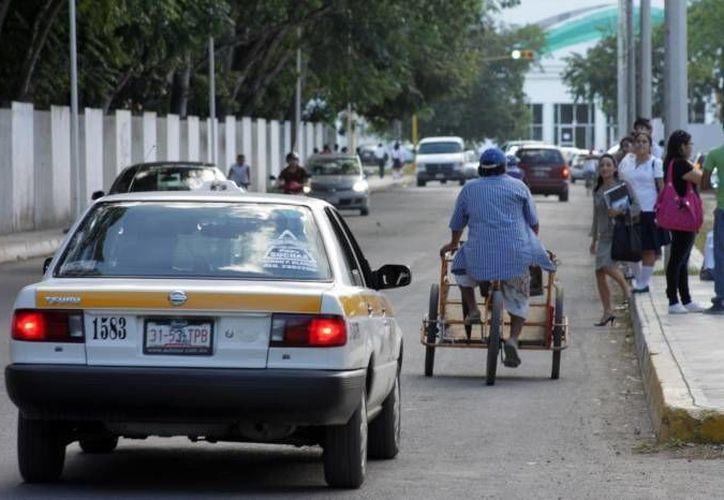 El director de Transporte, Javier Zetina González, advirtió que serían sancionados aquellos taxistas que aumentarán sus tarifas en días festivos. (Archivo/SIPSE)