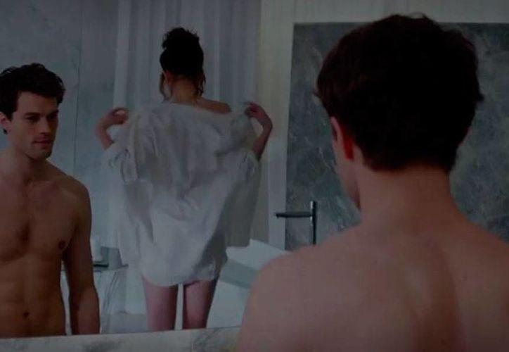 Escenal del primer encuentro entre el enigmático y poderoso Christian Grey (Jamie Dornan) con la tímida Anastasia Steele (Dakota Johnson), quien se enamora perdidamente del controlador. (Captura de pantalla/YouTube-Universal Pictures de México)