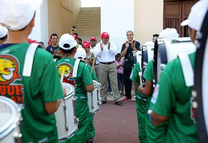 """Rolando Zapata aplaude a la banda de marcha Muuk Balam quien amenizó la Mini Olimpiada en el estadio """"General Salvador Alvarado"""". (Milenio Novedades)"""