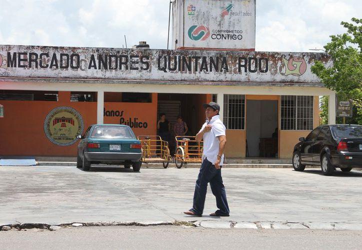 En el marcado Andrés Quintana Roo, de 128 locales, han elaborado 37 contratos y 104 solicitudes. (Joel Zamora/SIPSE)