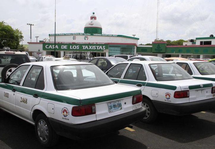 El interés de colocar el sistema a toda la flotilla de taxis permitirá la vigilancia de los operadores con el centro de mando. (Tomás Álvarez/SIPSE)