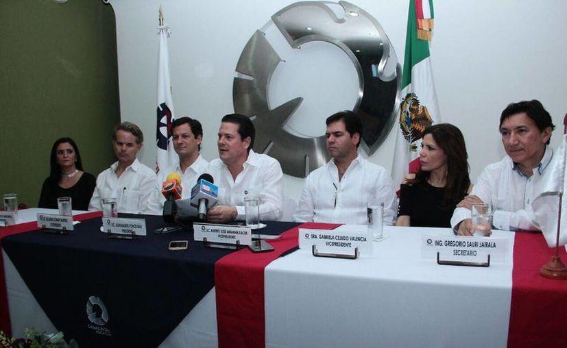 El nuevo presidente de la Canacintra, José Manuel Ponce Díaz (c), enfatizó la necesidad de  incrementar el consumo interno tanto de los industriales como por parte de la ciudadanía y los tres niveles de gobierno. (Foto cortesía del Gobierno)