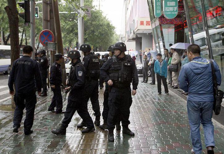 Patrullaje policiaco cerca de la zona donde se registraron varias explosiones terroristas en el mercado de Urumqi, China. (Foto: AP)