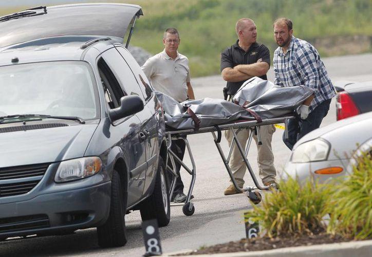 Dos hombres fallecieron en el lugar de los hechos; la tercera víctima murió en el hospital. (AP)
