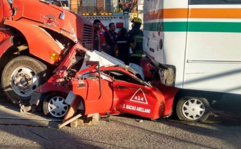 ¡Impactante! Tráiler sin frenos destruye taxi, en Aguascalientes