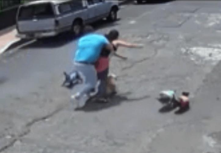La mujer sufrió una luxación de hombro, una contusión en la frente, además de raspones en el brazo y las manos. (Internet)