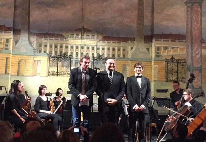 El músico yucateco Robert Abraham Mafud, al centro, presentó sus obras en un recital, en el Palacio Schöburnn, de Viena, Austria. (Milenio Novedades)