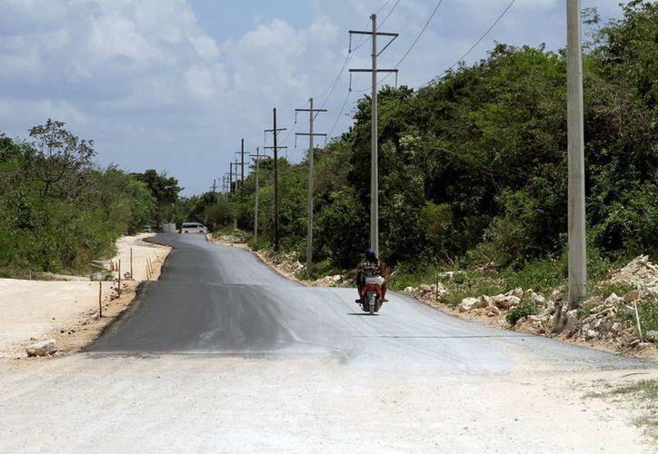 Hay ocho kilómetros del acceso al relleno sanitario que aún no están pavimentados.  (Adrián Mornoy/SIPSE)