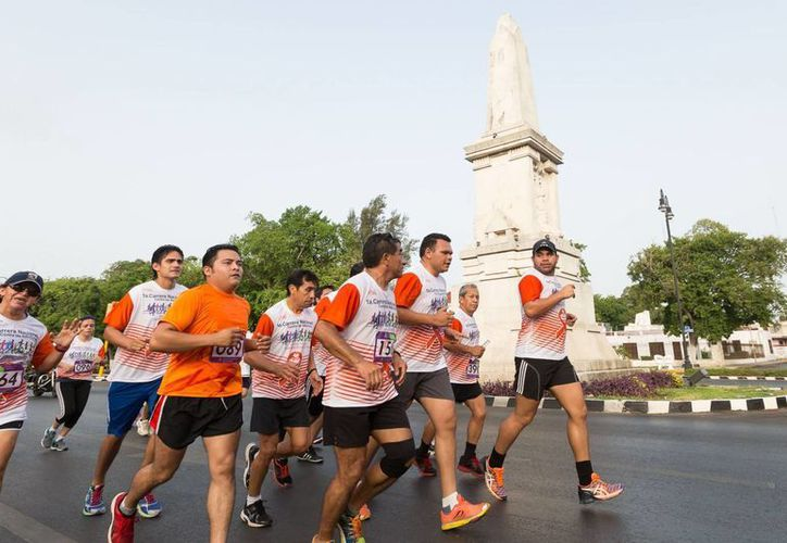 Imagen de la Primera carrera nacional contra las adicciones, que se celebró el año pasado, en donde participaron más de 800 deportistas. En la foto, el gobernador Rolando Zapata Bello durante su participación. (SIPSE)  (Milenio Novedades)
