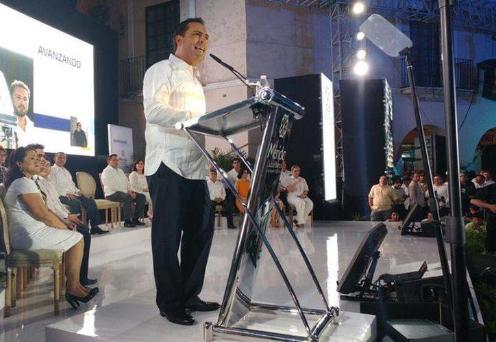 El alcalde panista Mauricio Vila durante su Primer Informe de Gobierno, realizado esta noche en el centro de Mérida. (José Acosta/SIPSE)
