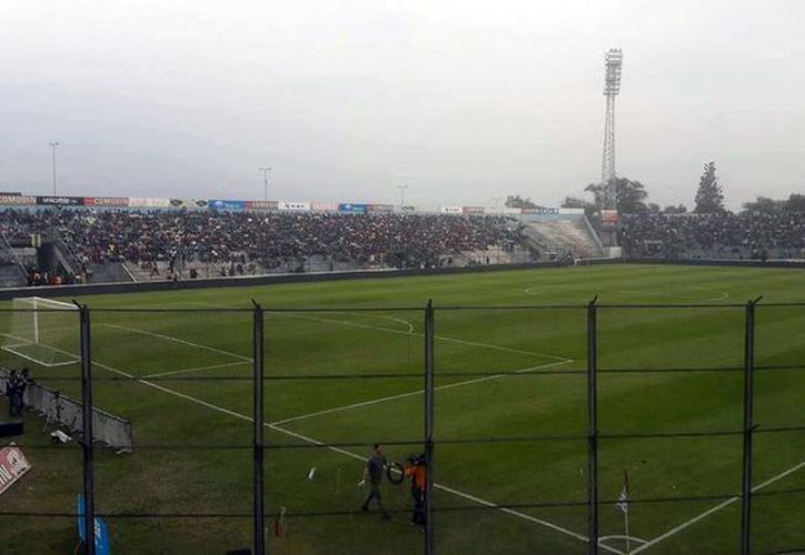 Imagen del estadio que abandonó el Olimpia de Paraguay, durante un partido amistoso con el Boca Juniors de Argentina. Los jugadores protestaron por las fallas arbitrales y, simplemente, se fueron de la cancha, a medio partido. (facebook.com/BocaJrs1995)