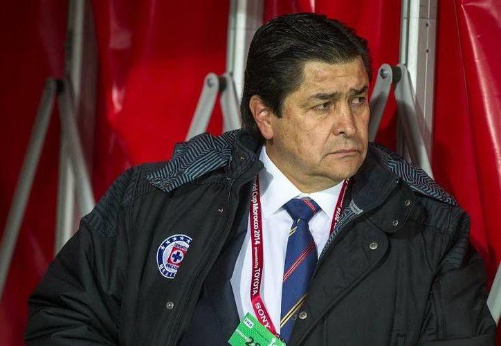 Luis Fernando Tena se dijo feliz por los nuevos tres refuerzos con los que cuenta Cruz Azul, entre ellos Roque Santa Cruz. (Foto de archivo de Notimex)