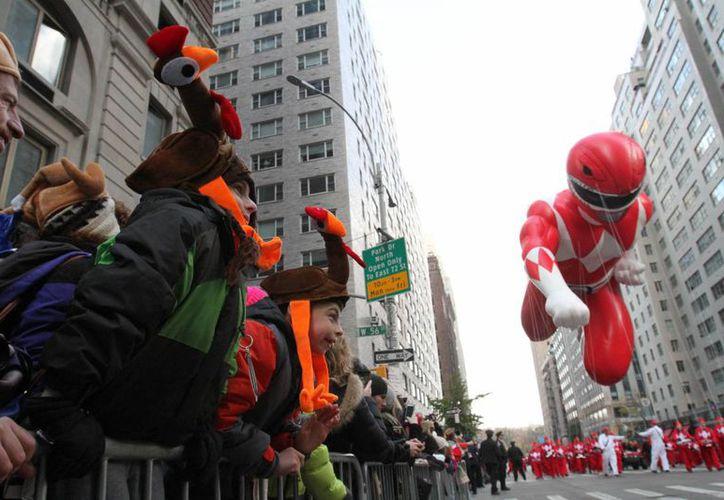 Imagen del personaje de Power Ranger durante su paso por la Sexta Avenida de Nueva York, en el Desfile del Día de Acción de Gracias de Macy's, el jueves 26 de noviembre de 2015. ( Foto AP/Tina Fineberg)