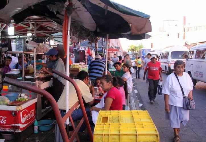 Los ambulantes siguen siendo un problema en las calles del centro de Mérida. (Milenio Novedades)