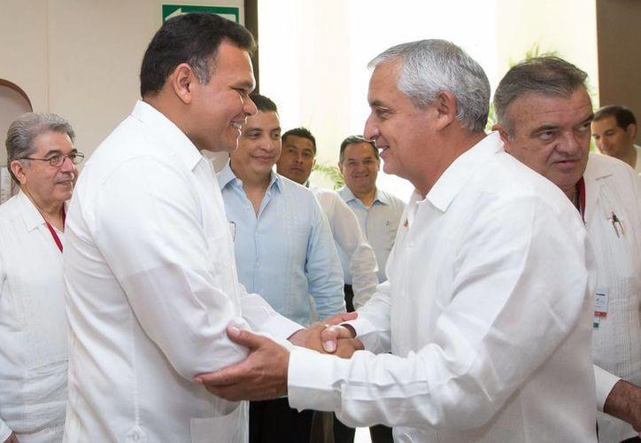 Zapata Bello saluda al presidente de Guatemala, Otto Pérez, durante la VI Cumbre de la Asociación de Estados del Caribe. (SIPSE)