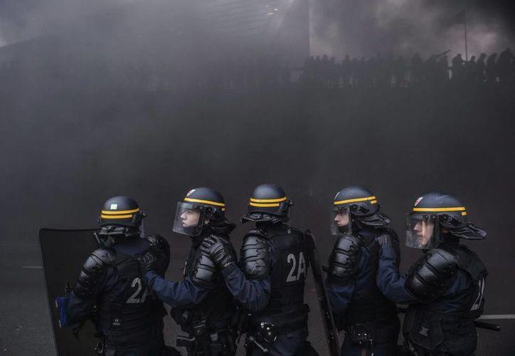 Policías antidisturbios se enfrentan a taxistas galos y de otros países europeos que intentan bloquear el tráfico en hora punta en París en rechazo a Uber, cada vez más popular en Francia y otras ciudades de Europa. (EFE)