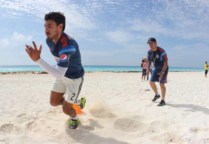 El equipo de fútbol de Guadalajara ha realizado sus trabajos de pretemporada en las playas de Cancún en ocasiones anteriores. (Contexto/Internet)