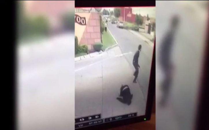 El juez Vicente Bermúdez Zacarías se encontraba trotando cuando fue atacado por un sujeto en la calle Árbol de la Vida, en Metepec. (Captura de pantalla)