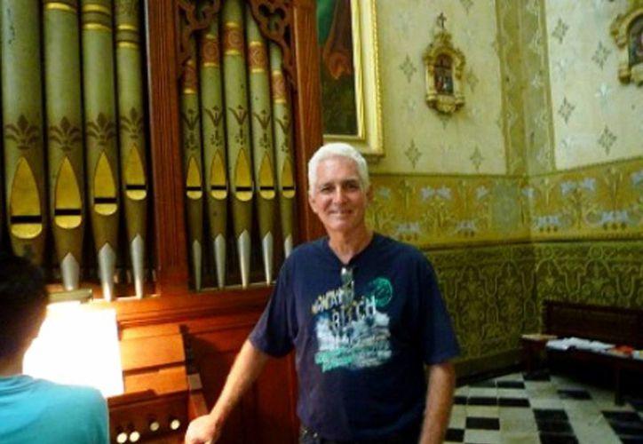 Jim Smiley imparte clases de órgano en el templo meridano. (Milenio Novedades)