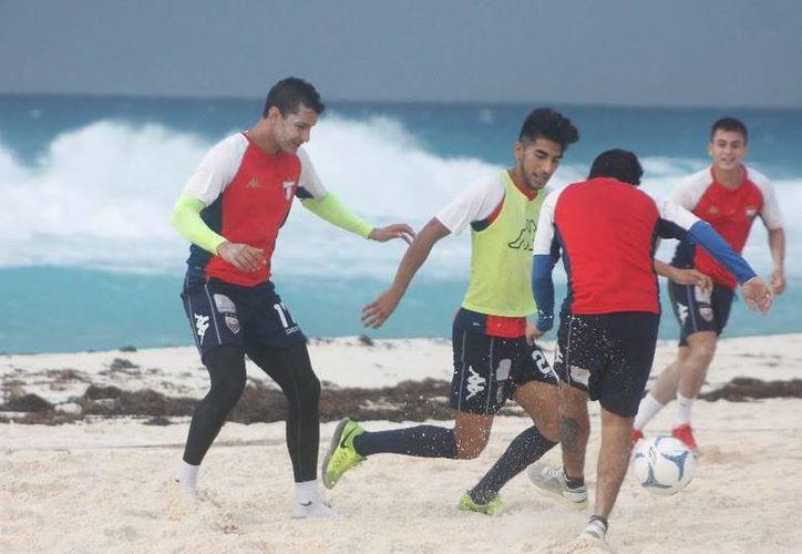 Atlante realizó una sesión de playa, en donde los jugadores se divirtieron con un inter escuadras. (Ángel Mazariego/SIPSE)
