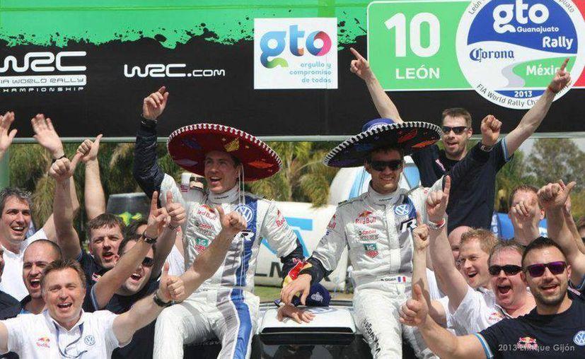 El equipo del conductor galo celebra el triunfo. (Agencias)