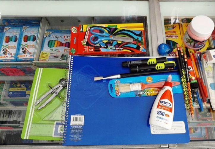 Imagen de algunos útiles escolares que los alumnos necesitarán para este ciclo escolar que comienza. (Archivo/SIPSE)