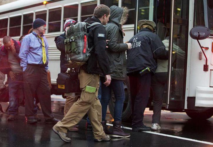 Los usuarios del Metro de Washington tuvieron que ser trasladados a sus destinos en autobuses. (AP)
