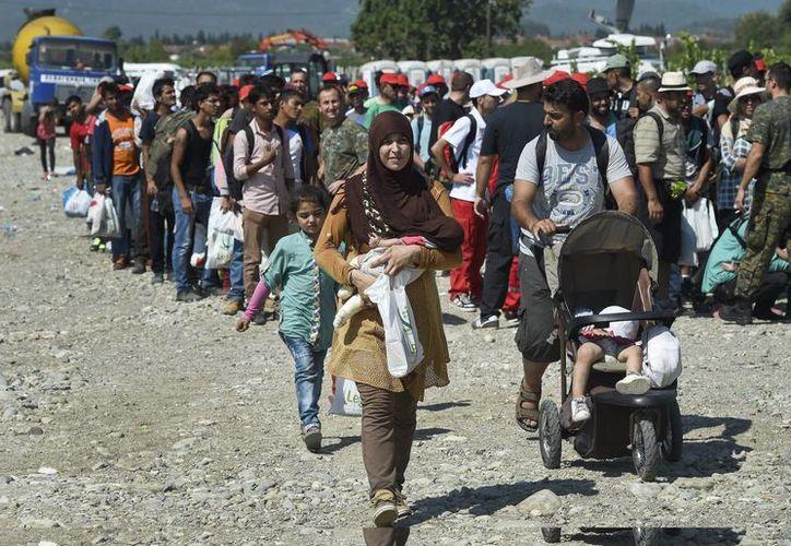 Inmigrantes se disponen a subir a un tren en Gevgelija, Macedonia. (Archivo/EFE)