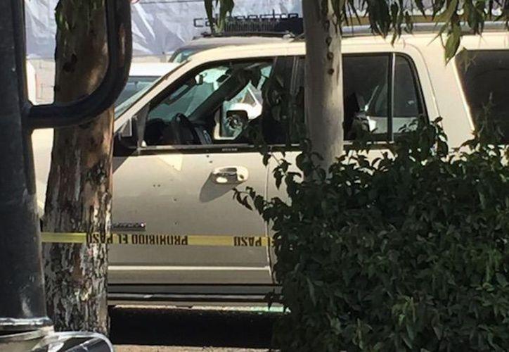 El cuerpo del regidor quedó en el asiento del piloto, con al menos una decena de impactos de bala. (Foto: Sin Embargo)