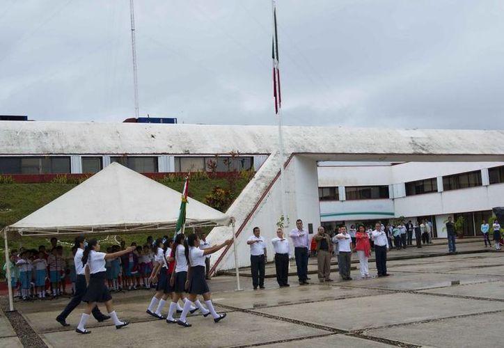 Las autoridades participaron en la ceremonia cívica que se realizó en la SEyC. (Redacción/SIPSE)