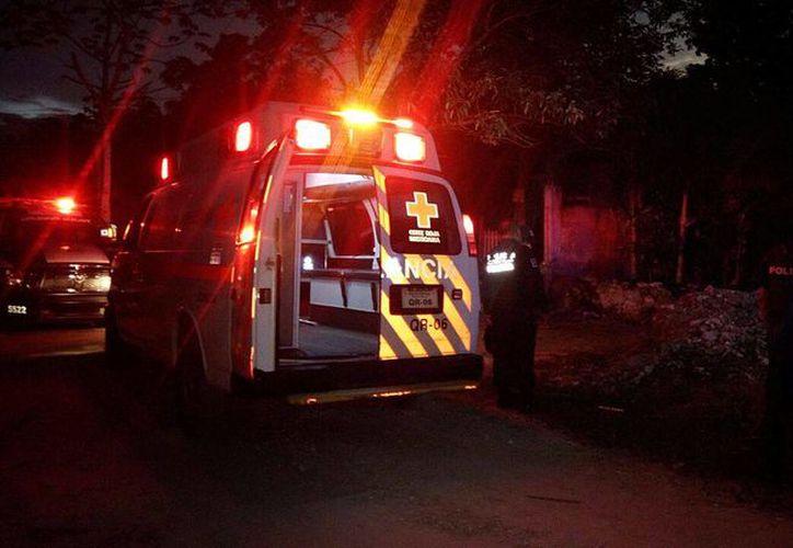 Paramédicos de la Cruz Roja confirmaron la muerte de la persona. (Eric Galindo/SIPSE)