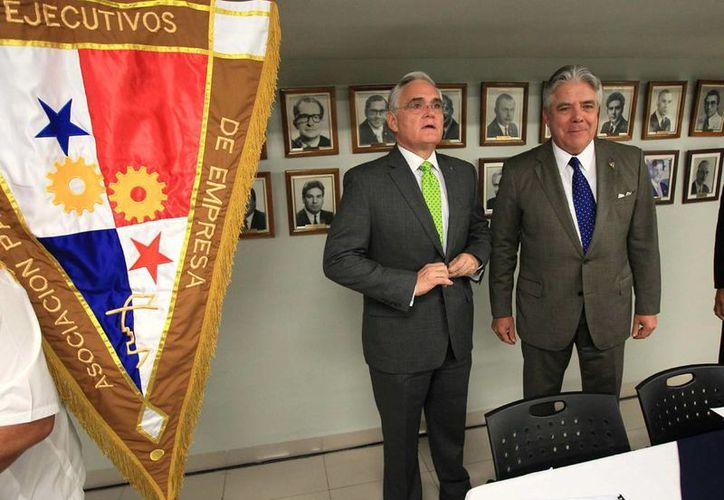 El administrador de la Autoridad del Canal de Panamá (ACP), Jorge Quijano (izq), y el presidente de la Asociación Panameña de Ejecutivos de Empresas, Fernando Aramburú Porras (der), se reúnen en Ciudad de Panamá, Panamá. (EFE)
